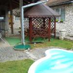 Dvůr s posezením a bazénem